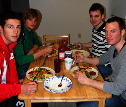 Leckeres Abendessen - v. l. n. r.: Manu, Nico, Frieder, Ben
