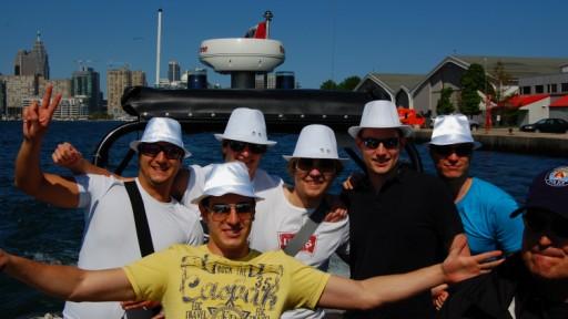 """Die """"White Hats"""" auf dem Polizeiboot; v.l.n.r.: Ilker, Manu, Nico, Peter, Frieder, Ben, Paul Newman (der Kapitän)"""